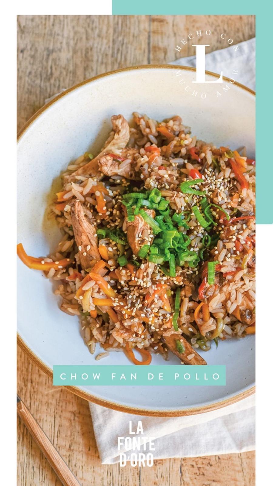 Chow fan salteado de arroz, vegetales y   pollo, alineado con salsa teriyaki, aceite y   semillas de sésamo.